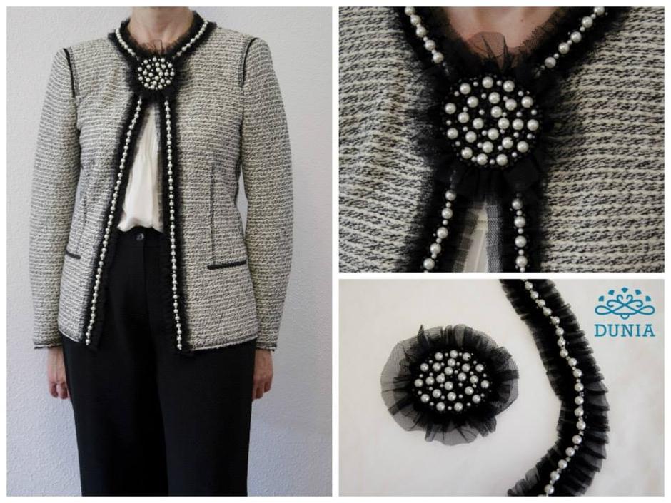 Hemos adornado esta chaqueta con dos productos de nuestra tienda  una  pasamanería y un broche compañero con tul y perlas. Elegante resultado  estilo Chanel ... d8a7b8356ef6
